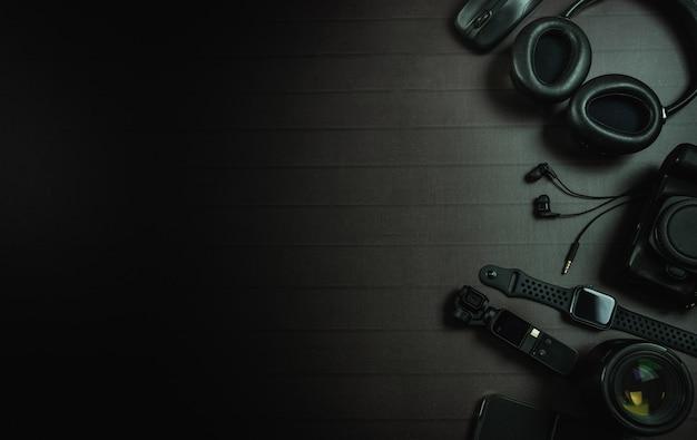 Vista dall'alto di cuffie, mouse, apple watch, tasca osmo dji, ipad, fotocamera e obiettivo