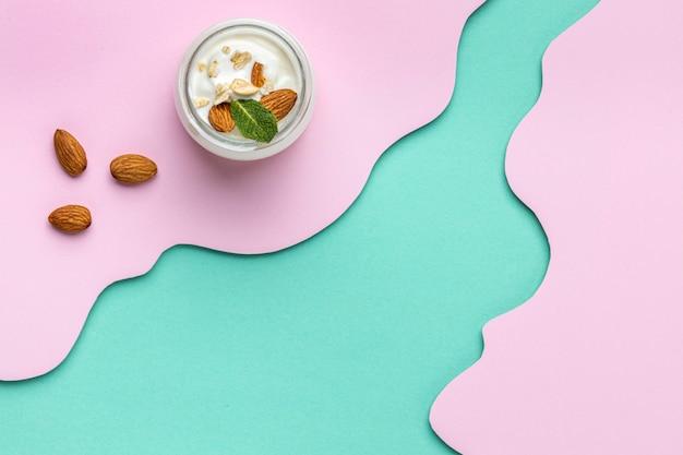 Vista dall'alto pasto sano colazione con disposizione yogurt