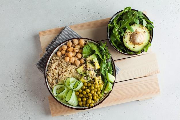 Vista dall'alto un sano pranzo di verdure con quinoa, avocado, ceci e cetrioli