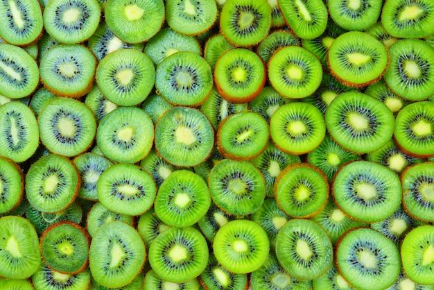 Vista superiore del mucchio del kiwi affettato come fondo strutturato.