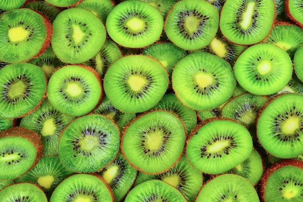 Vista dall'alto del mucchio di kiwi a fette come sfondo con texture.