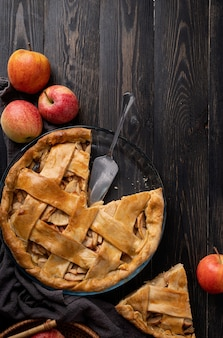 Vista dall'alto della torta di mele fatta in casa sul tavolo di legno nero