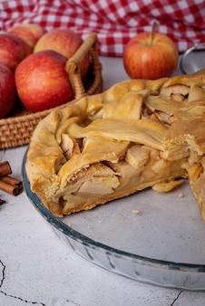 Vista dall'alto della torta di mele fatta in casa sul tavolo di legno