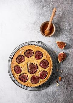 Vista dall'alto della deliziosa torta fatta in casa con fichi freschi, mandorle noci e miele. copia spazio.