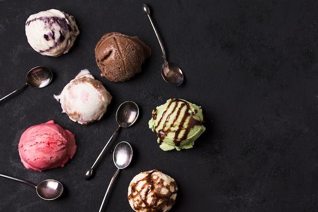 Vista dall'alto gelato artigianale con diversi condimenti