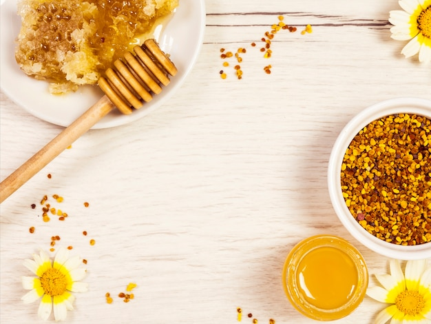 Vista dall'alto del nido d'ape; miele e polline d'api con fiore giallo bianco