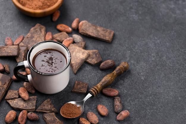 Bevanda al cioccolato calda vista dall'alto sulla scrivania