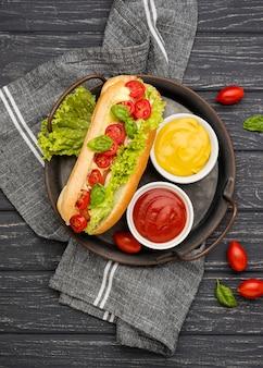Vista dall'alto hot dog con lattuga e pomodori