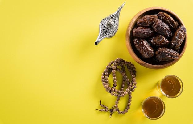 Immagine vista dall'alto della decorazione ramadan kareem, datteri, lampada di aladino e grani del rosario