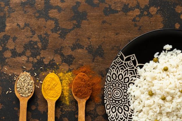 Vista dall'alto cibo indiano e spezie