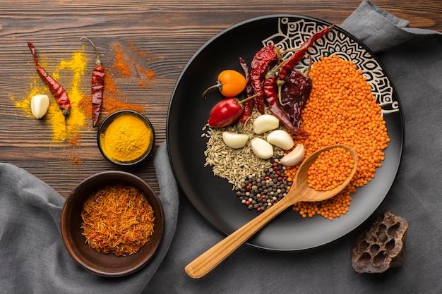 Vista dall'alto spezie indiane sul piatto