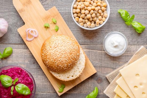 Vista dall'alto ingredienti per cucinare hamburger vegani su legno scuro