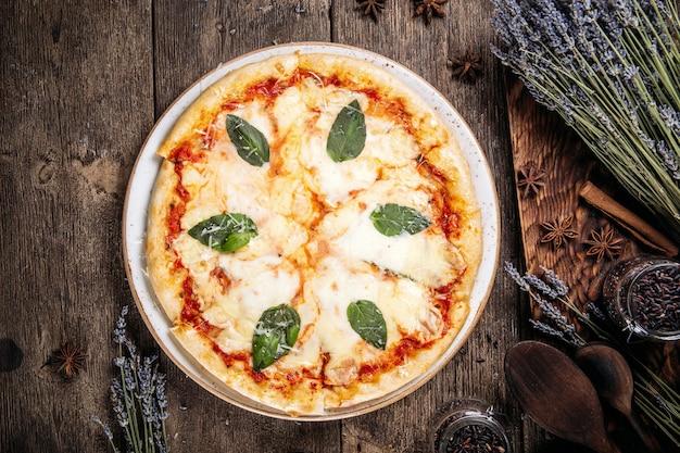Vista dall'alto sulla pizza al forno italiana con formaggio e foglie