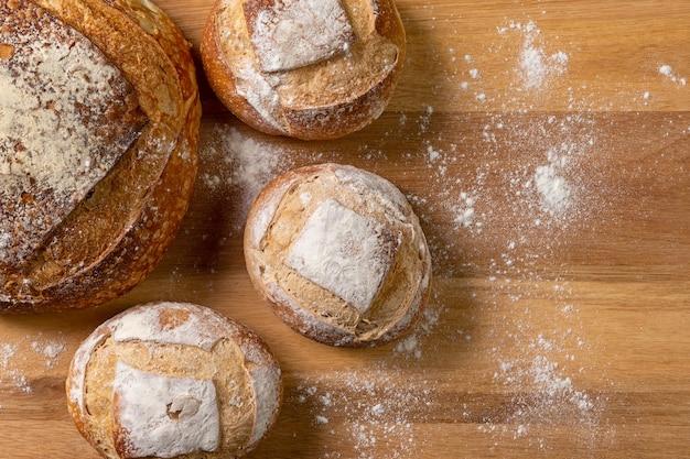 Vista dall'alto del pane italiano preparato con fermentazione naturale su fondo in legno