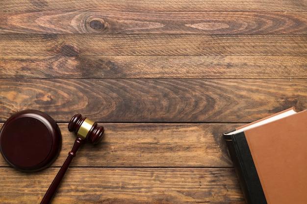 Martelletto del giudice di vista superiore e libro con copia-spazio