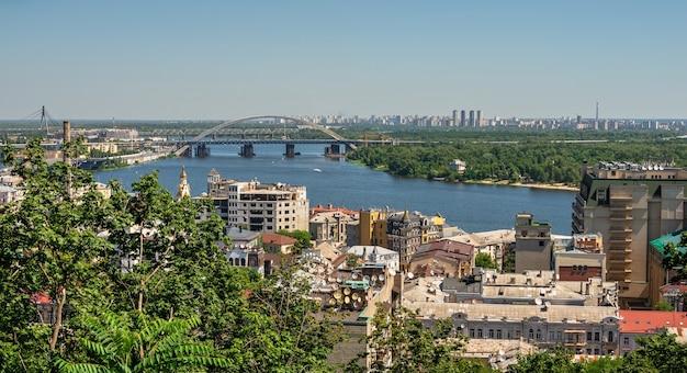Vista dall'alto di kiev dal lato della discesa andriyivskyy, ucraina, in una soleggiata mattina d'estate