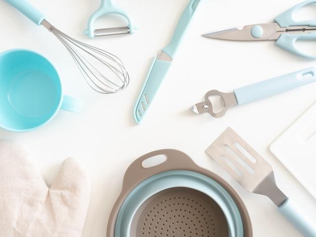 Vista dall'alto del concetto di camera cucina con utensili da cucina su sfondo bianco tavolo.
