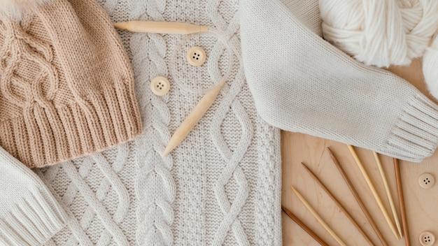 Disposizione dei vestiti lavorati a maglia vista dall'alto