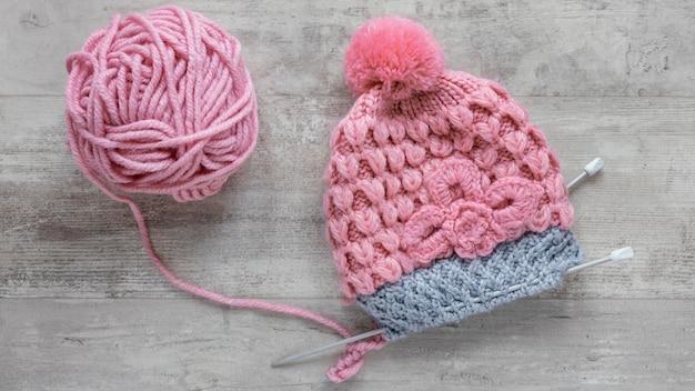 Vista dall'alto ferri da maglia e lana per berretto
