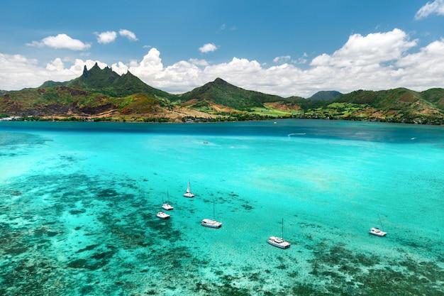 Vista dall'alto della laguna e della barriera corallina di mauritius nell'oceano indiano.