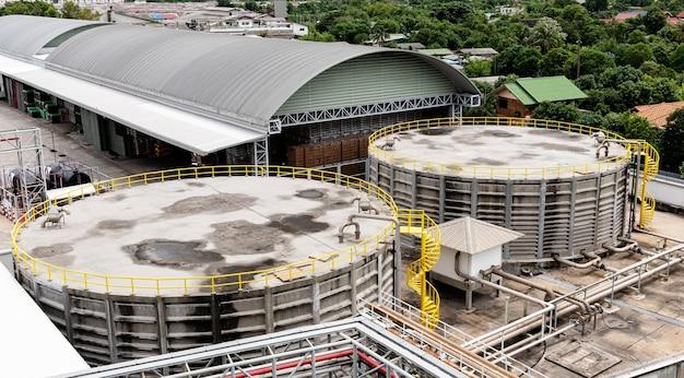 Vista dall'alto grandi serbatoi d'acqua per i processi di produzione