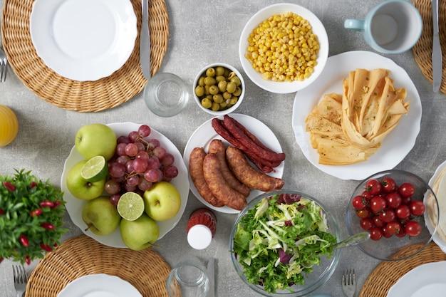 Vista dall'alto della colazione latinoamericana sul tavolo. idee per la colazione, concetto mattutino. messa a fuoco selettiva