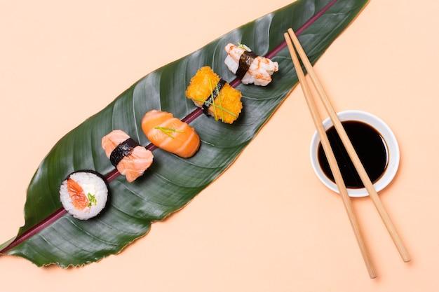 Vista dall'alto foglia con assortimenti di sushi