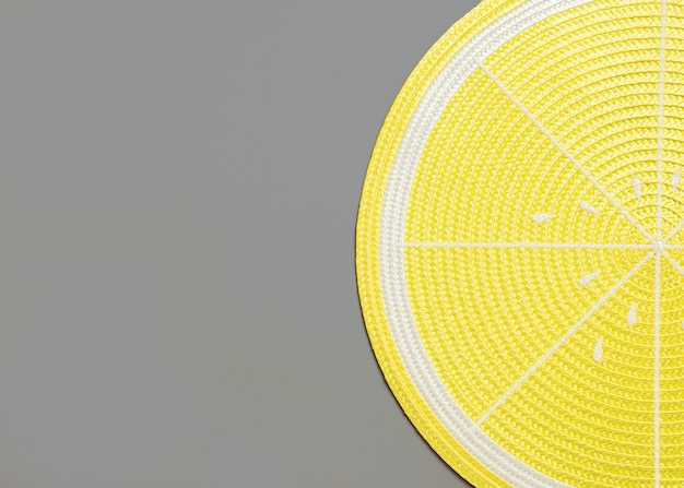 Vista dall'alto di una tovaglietta al limone su grigio con copyspace