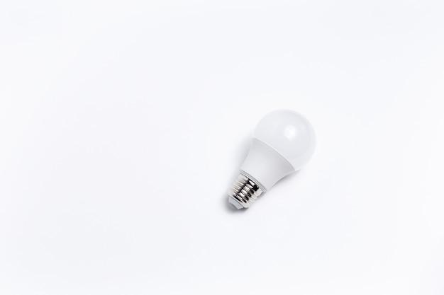 Vista dall'alto della lampadina su sfondo bianco.