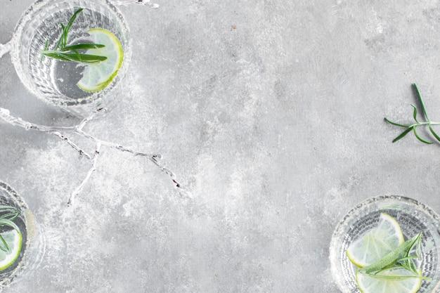 Vista dall'alto dello sfondo dell'acqua infusa di lime