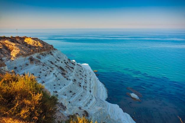 Vista dall'alto delle bianche scogliere calcaree alla scala dei turchi in inglese scala dei turchi vicino a realmonte in provincia di agrigento. sicilia, italia