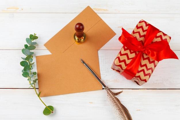 Vista dall'alto della lista delle cose da fare per il concetto di natale di capodanno che scrive su sfondo di legno