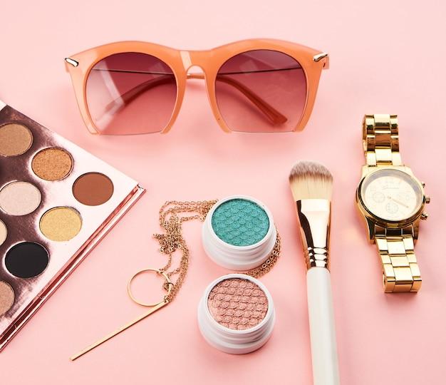 Vista dall'alto make up prodotti e accessori