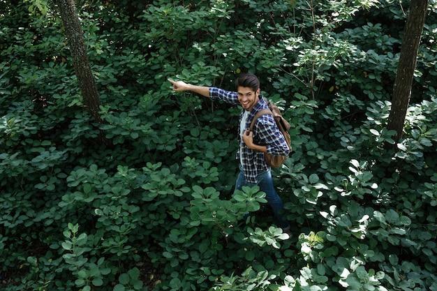 Vista dall'alto dell'uomo nella foresta