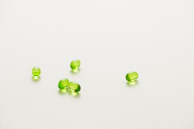 Vista dall'alto molte capsule di gel su sfondo bianco isolato. capsule di vitamina e 200 mg.