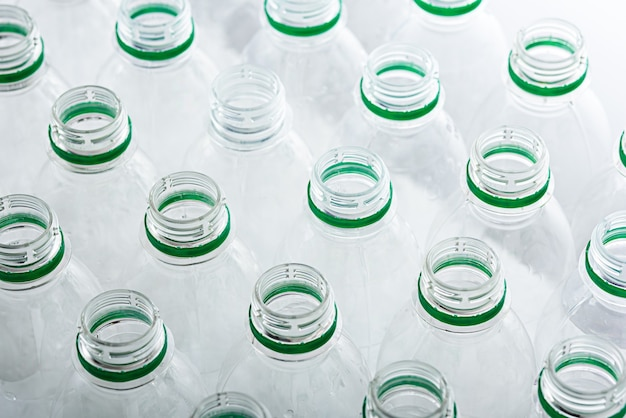 Vista dall'alto molte bottiglie di plastica trasparenti senza coperchio