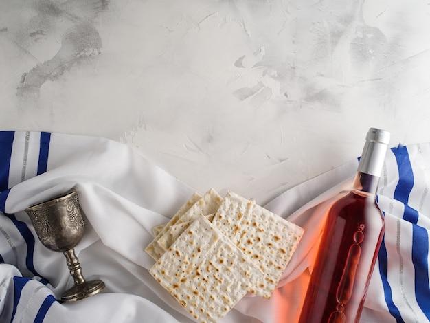 Vista dall'alto di matza e vino kosher e bicchiere di vino, concetto di vacanza di pasqua ebraica.