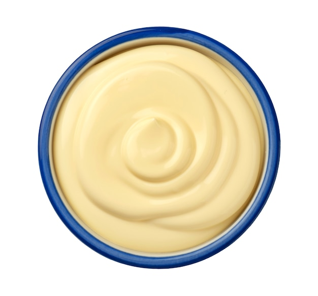 Vista dall'alto della salsa maionese isolata su sfondo bianco