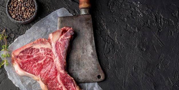 Vista dall'alto di carne con spezie e mannaia Foto Premium