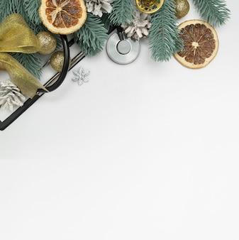 Layout di natale medico vista dall'alto con stetoscopio, clip board e alberi di natale con palline e campane