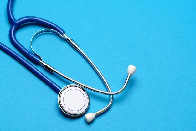 Vista dall'alto dello stetoscopio medico su sfondo blu