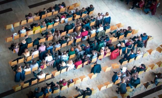 Vista dall'alto dello sfondo sfocato della sala riunioni, conferenza per riunioni di lavoro, concetto di apprendimento di squadra.