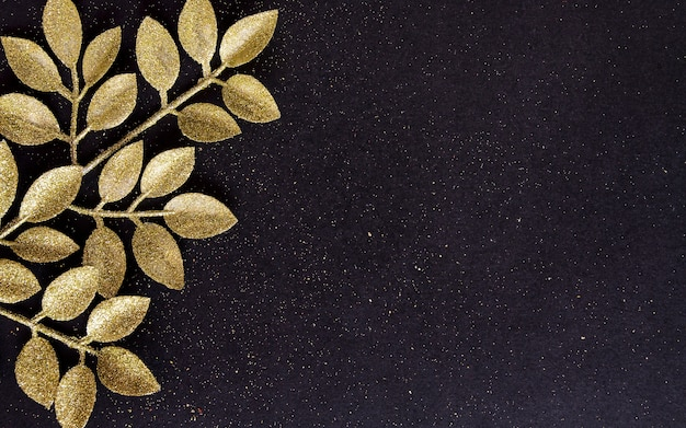 Vista dall'alto buon natale sfondo nero decorato con rami glitter con spazio di copia. inverno capodanno vacanza card decorazione festosa concetto allegro, piatto laici.