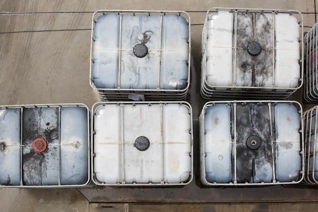 Vista dall'alto serbatoio di metanolo bianco o fusti chimici accatastati nel settore.