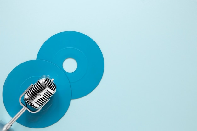Microfono e dischi con vista dall'alto con spazio di copia