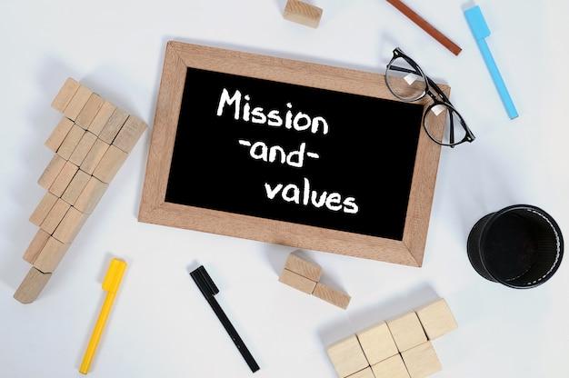 Vista dall'alto di missione e valori scritti su una lavagna