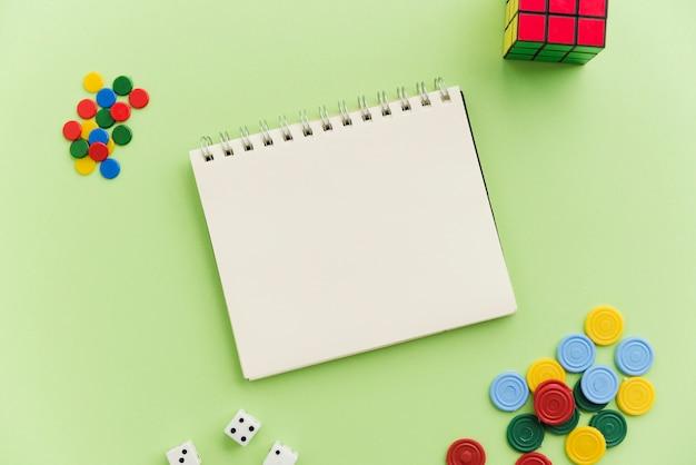 Vista superiore mock-up notepad con giochi a casa Foto Premium