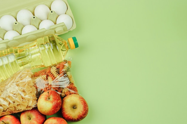 Vista dall'alto, mock up. riso, conserve, burro, uova, mele, pasta. acquisti online.