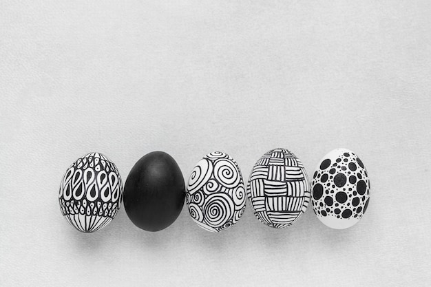 Vista dall'alto di uova monocromatiche per pasqua con copia spazio