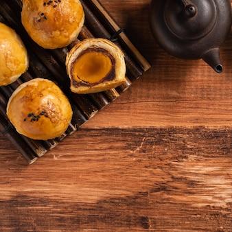 Vista dall'alto della pasta al tuorlo della torta della luna, torta lunare per le vacanze del festival di metà autunno su sfondo di tavolo in legno